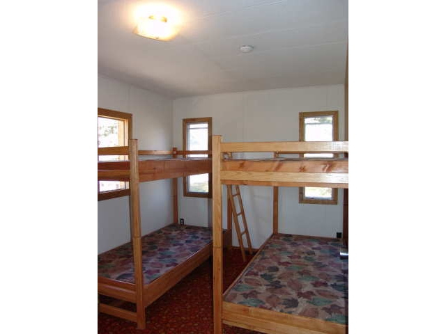 https://0901.nccdn.net/4_2/000/000/001/e6d/The_Moose_bedroom1-640x480.jpg