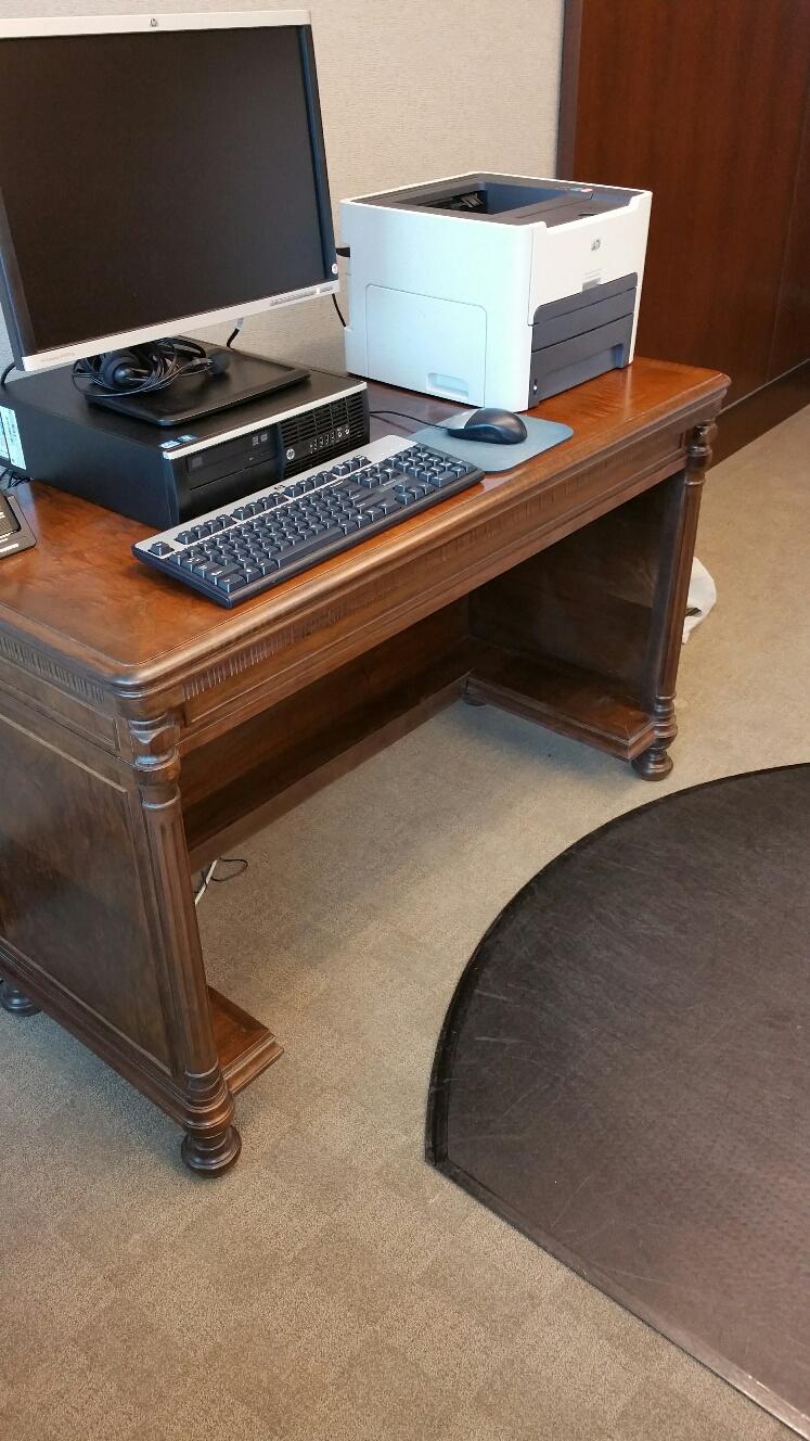 Resulting computer desk