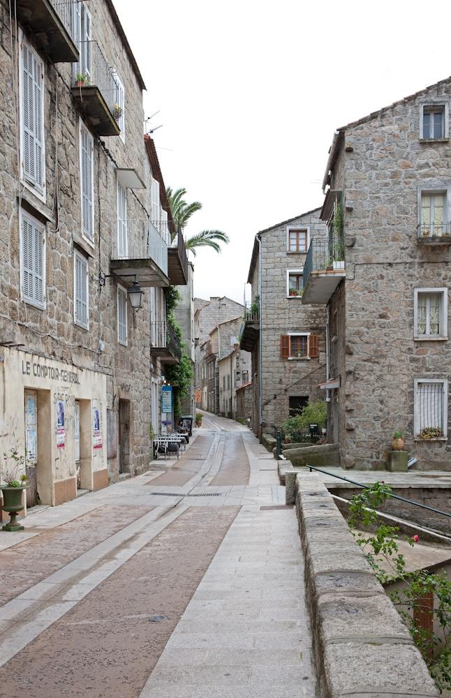 Sartène, et une des  ses rues typiques  Sud de la Corse  Avril 2010