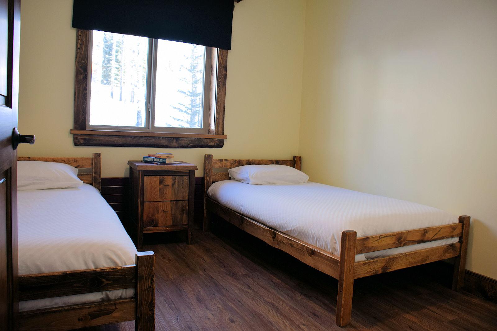 https://0901.nccdn.net/4_2/000/000/00d/f43/twin-bedroom-1600x1067.jpg