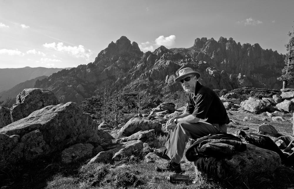 Repos bien mérité  après la montée pour  admirer ce paysage  grandiose des  Aiguilles de Bavella -  Sud-est de la Corse -  Avril 2010