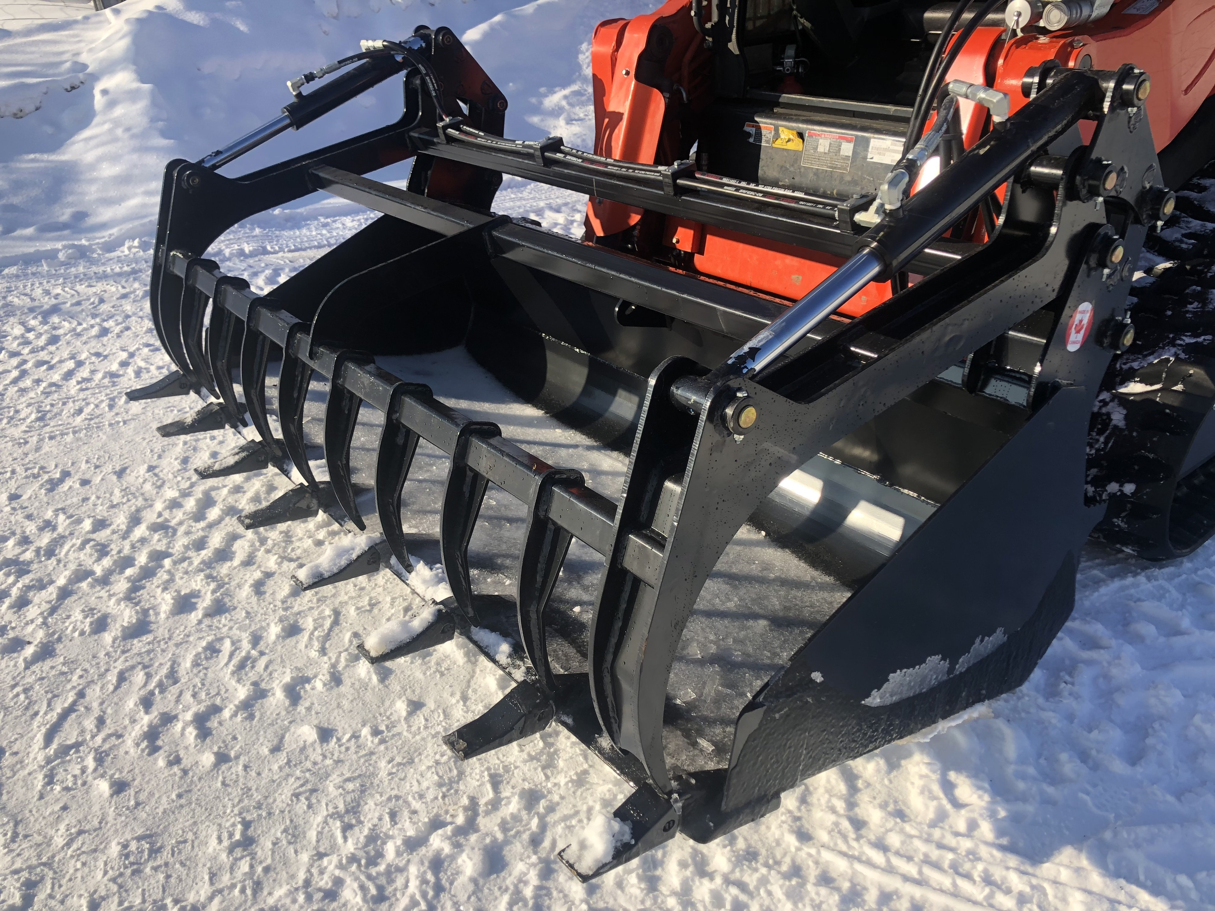 "Heavy duty 78"" bucket with teeth.  Single large opening grapple great for silage, manure, firewood, or  anything you need to pick up."