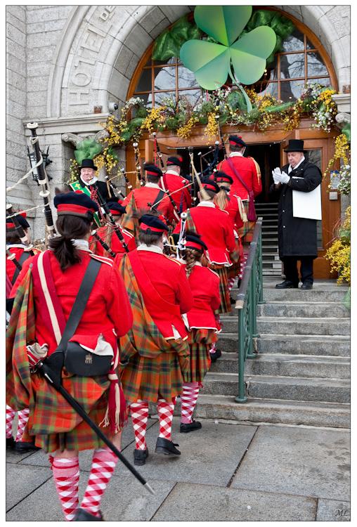 T8066  Entrée à l'hôtel de  VIIIe de Québec des  participants du défilé