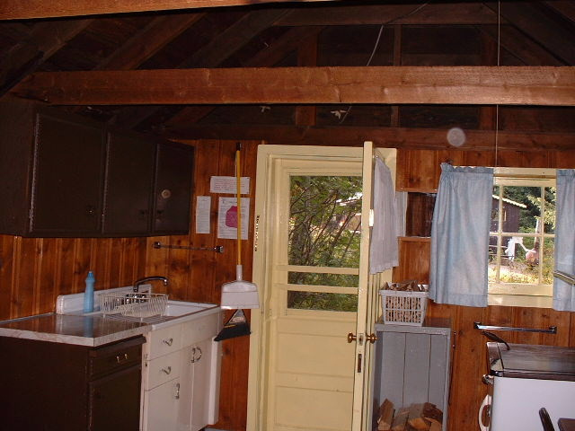 https://0901.nccdn.net/4_2/000/000/01e/20c/cabin-5-kitchen-area-640x480.jpg