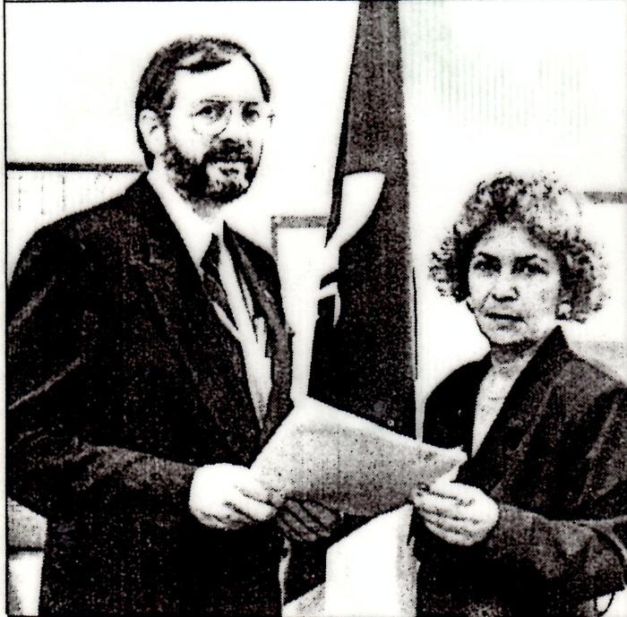 Le 13 février 1992  Gérard Lévesque avec la présidente de l'ACFO-Champlain, Diane Tourangeau.