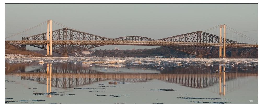 Pont de Québec à la  fonte des glaces sur  le fleuve Saint-  Laurent - Avril 2009