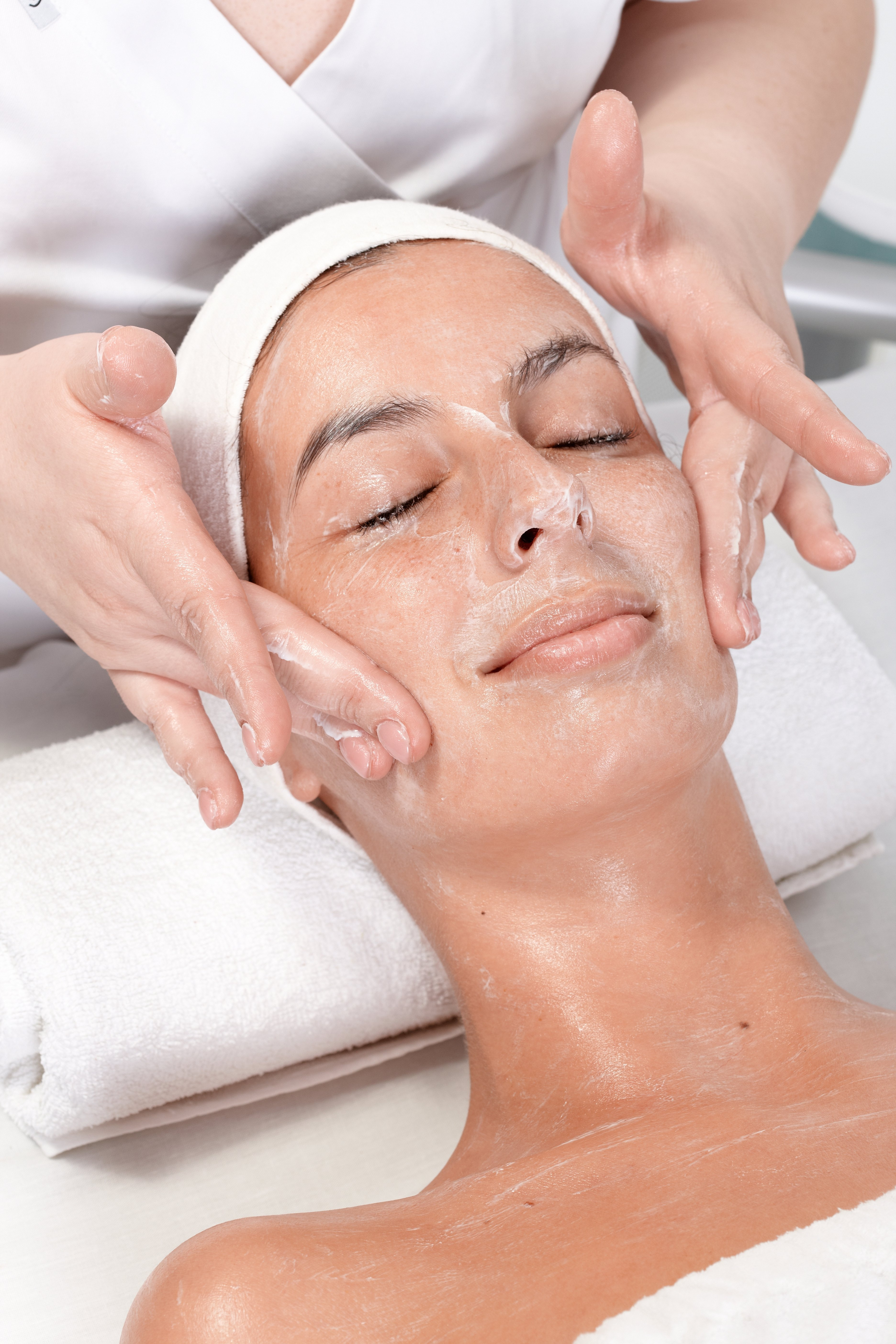 https://0901.nccdn.net/4_2/000/000/024/ec9/Canva---Facial-Massage-at-Beautician-3744x5616.jpg