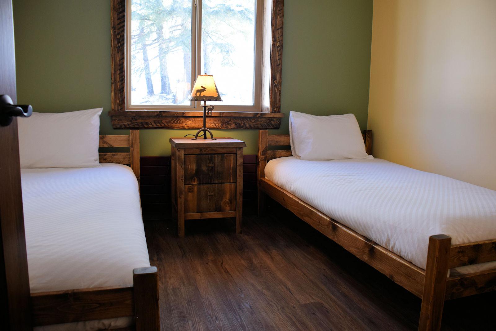 https://0901.nccdn.net/4_2/000/000/024/ec9/twin-bedroom-1600x1067.jpg