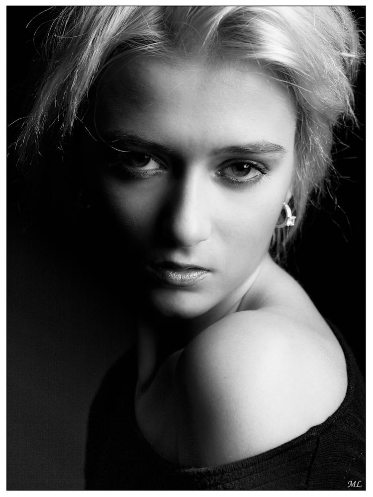 """""""1er prix"""" du 100e  salon de la SPAQ  (Catégorie Humain  Noir et Blanc Mal  201 )  """"Merit Award"""" du New  York Institute of  photography 2011 ----------------------  Modèle: Gabrielle  Novembre 2010"""