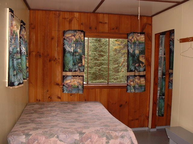 https://0901.nccdn.net/4_2/000/000/038/2d3/cabin-6-bedroom-640x480.jpg