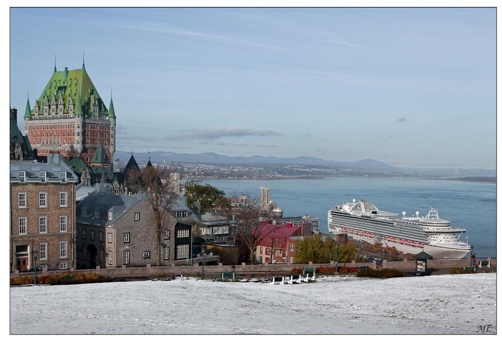 Un bateau de croisière dans la neige au pied du Château Frontenac Québec Octobre 2009