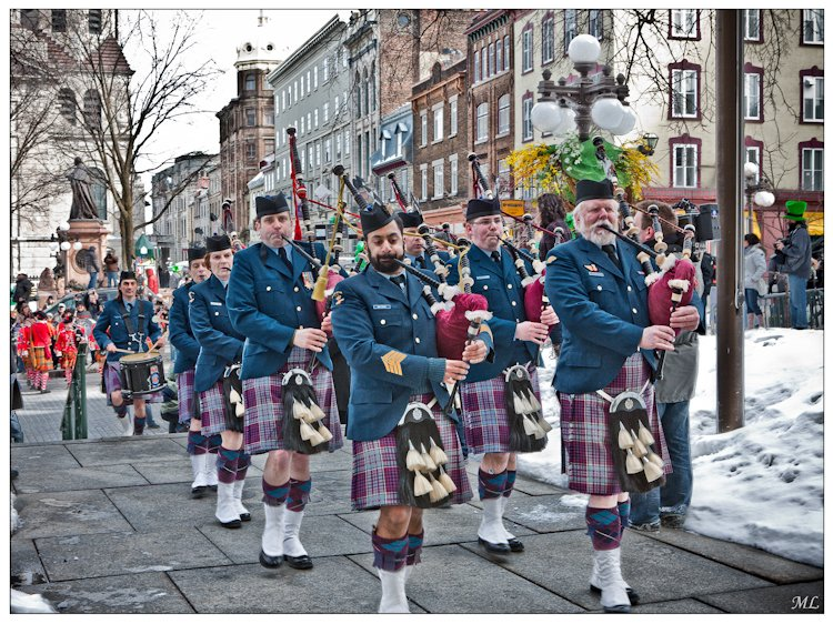 8065  Entrée à l'hôtel de  VIIIe de Québec des  participants du défilé
