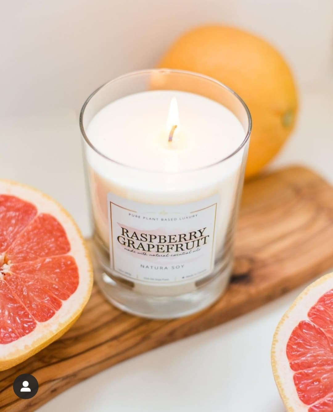 Sunny orange, pink grapefruit, violet, ripe raspberry, vanilla sugar and aromatic cedarwood.