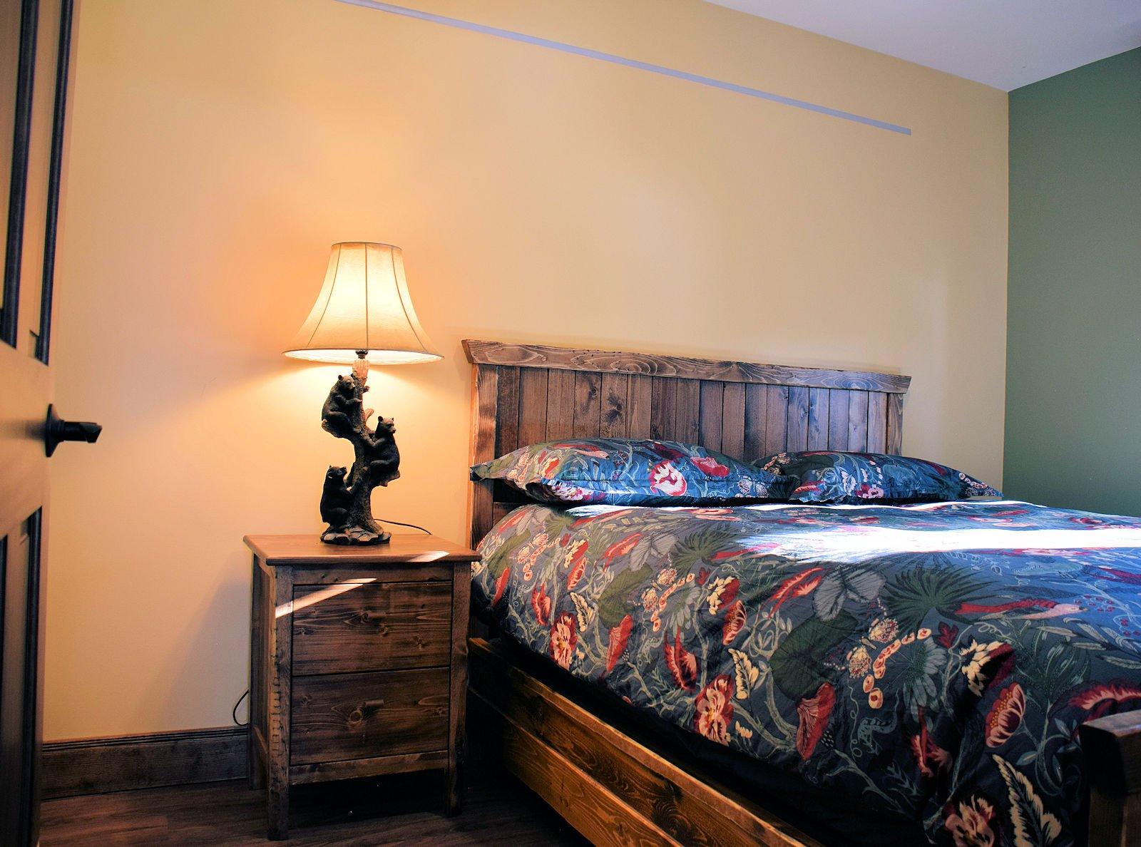 https://0901.nccdn.net/4_2/000/000/03f/ac7/queen-bedroom-1600x1188.jpg