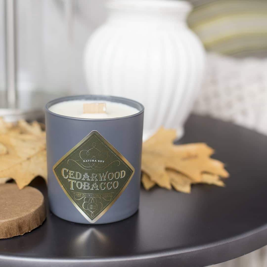 Velvety tones of tobacco leaf, sandalwood and vanilla combined with patchouli and cedarwood