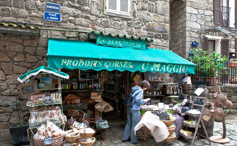 Boutique en plein  coeur du vieux  Sartène avec ses  produits du terroir -  Sud de la Corse  Avril 2010