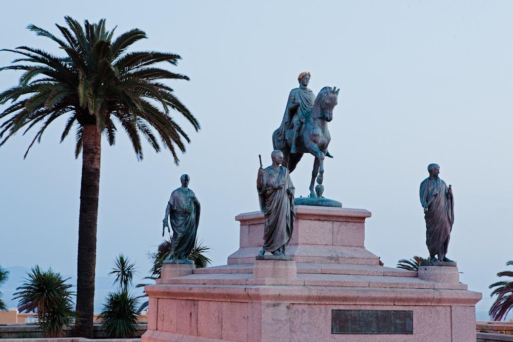 Statue équestre de  Bonaparte et de ses  quatre frères sur la  place des diamants à  Ajaccio - Avril 2010