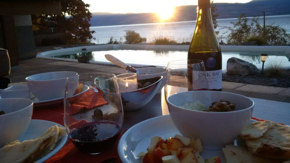 https://0901.nccdn.net/4_2/000/000/04b/787/Dinner-Lake-side-Oak-Bay-Vineyard.jpg