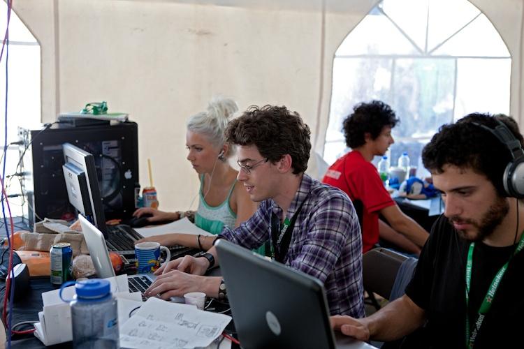 Quelques participants  à lloeuvre  5 août 2011 X3069