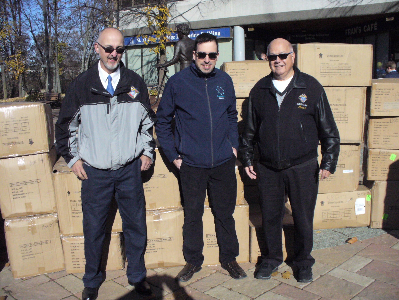 Trois membres de notre paroisse sont alles chercher les trois boites de 12 manteaux qui seront distribues pour combler des besoins de  familles de notre communaute francophone.