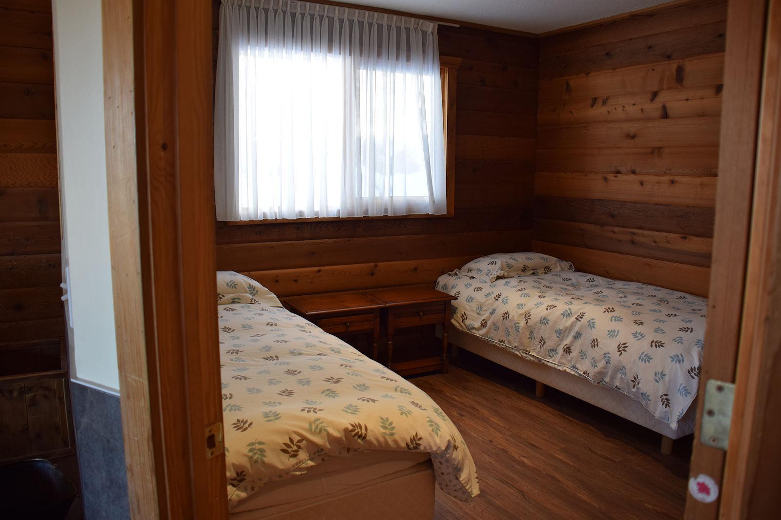 https://0901.nccdn.net/4_2/000/000/04d/fc0/the_elk_bedroom.jpg