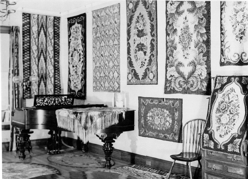 Rugs and piano in Living Room