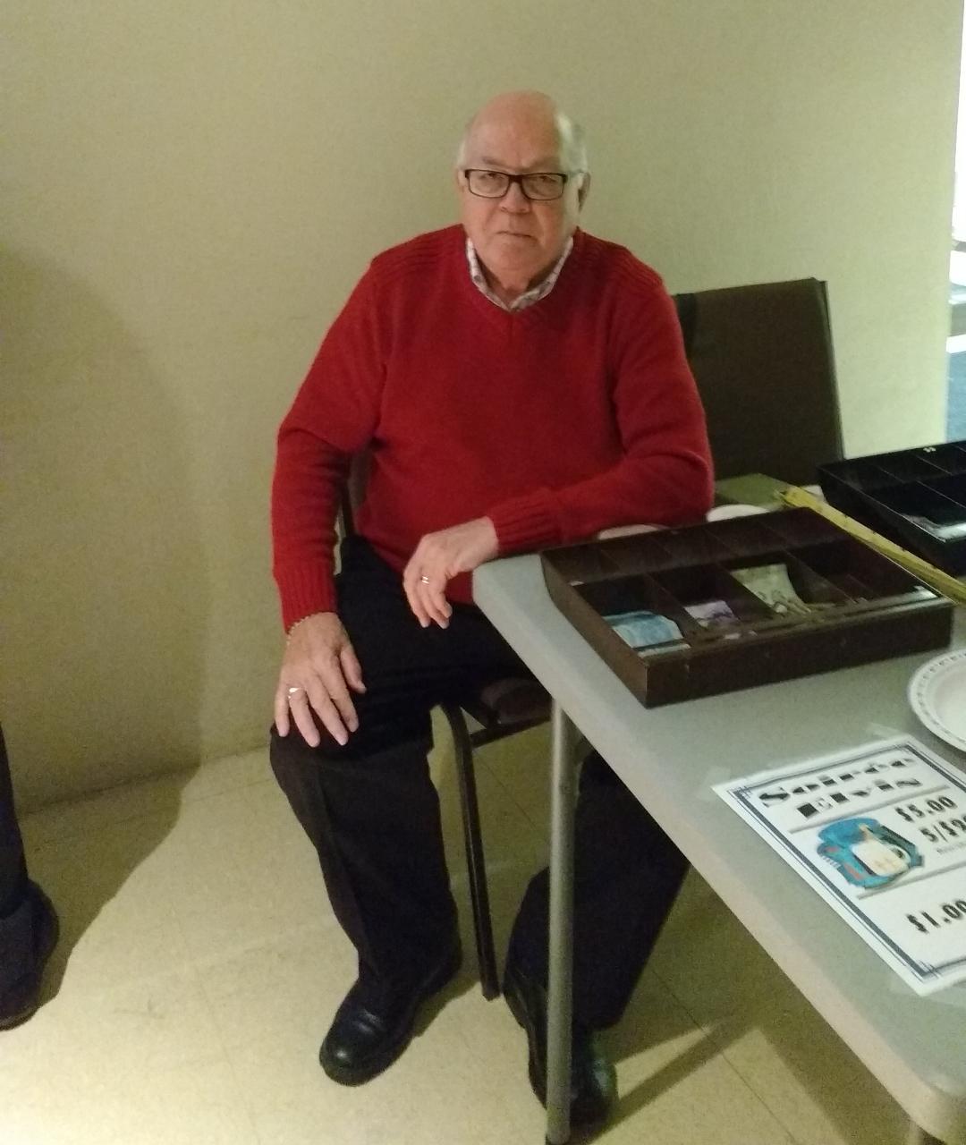 Voici Marcel Levesque, Depute Grand Chevalier, a la table de la vente des billets.