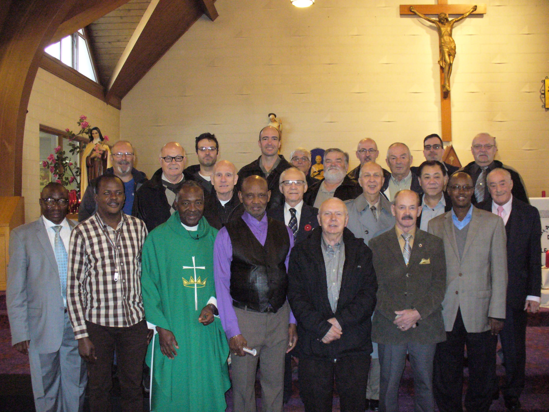 Quelques membres Chevaliers de Colomb du Conseil St-Frere-Andre #8841  et leur aumonier, le P. Ambroise Tchiaba, cure de la paroisse  Notre-Dame-du-Perpetuel-Secours de Hamilton.