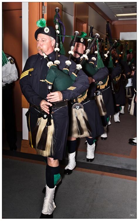 7804  Réception des Pipes  and Drums à l'Hôtel  de VIIIe de Ste-Foy  par les policiers de  Québec