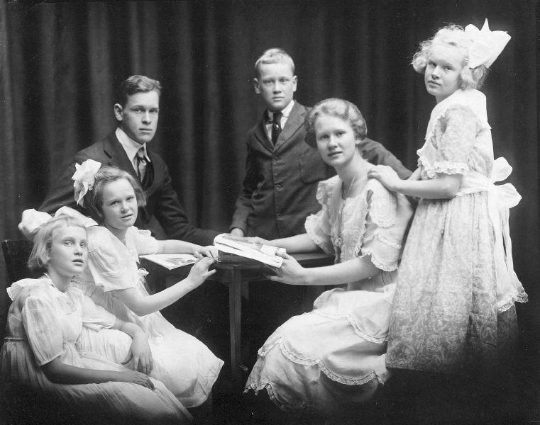 Amos and Caroline's children: Bob, Ted, Elizabeth, Dot, Carolyn, and Mary