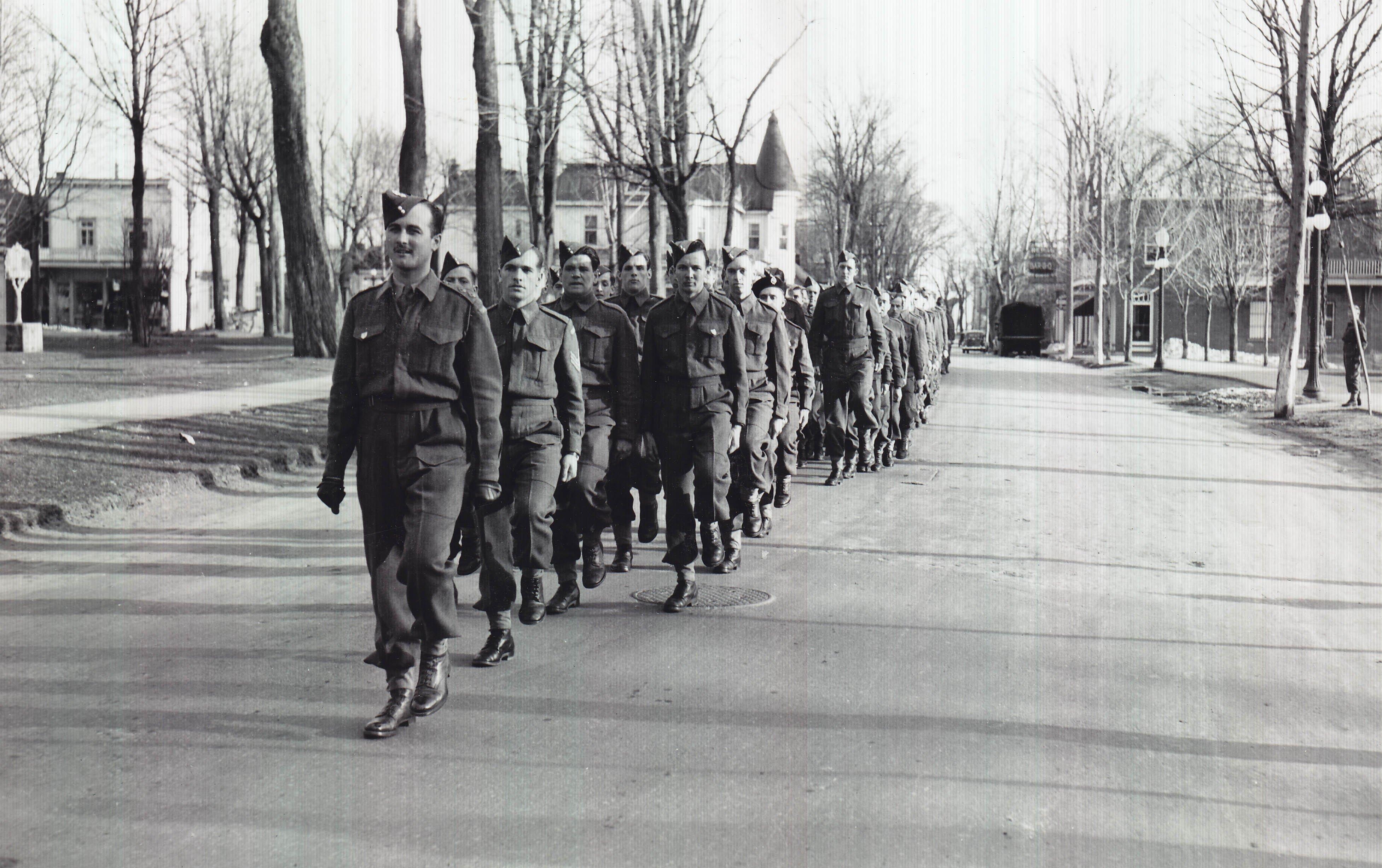 https://0901.nccdn.net/4_2/000/000/071/260/Soldats-en-marche----Saint-J--r--me--Qu--bec-en-1943.757_original-3908x2456.jpg