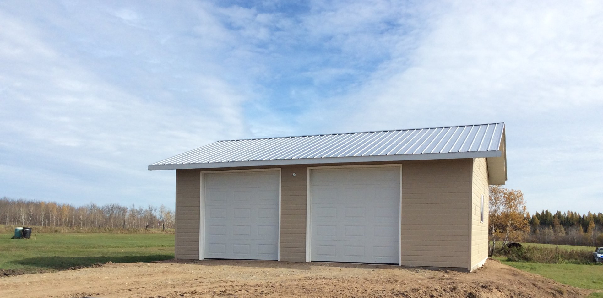 Double garage construction. Suitable for a workshop or parking for vehicles and tractors.