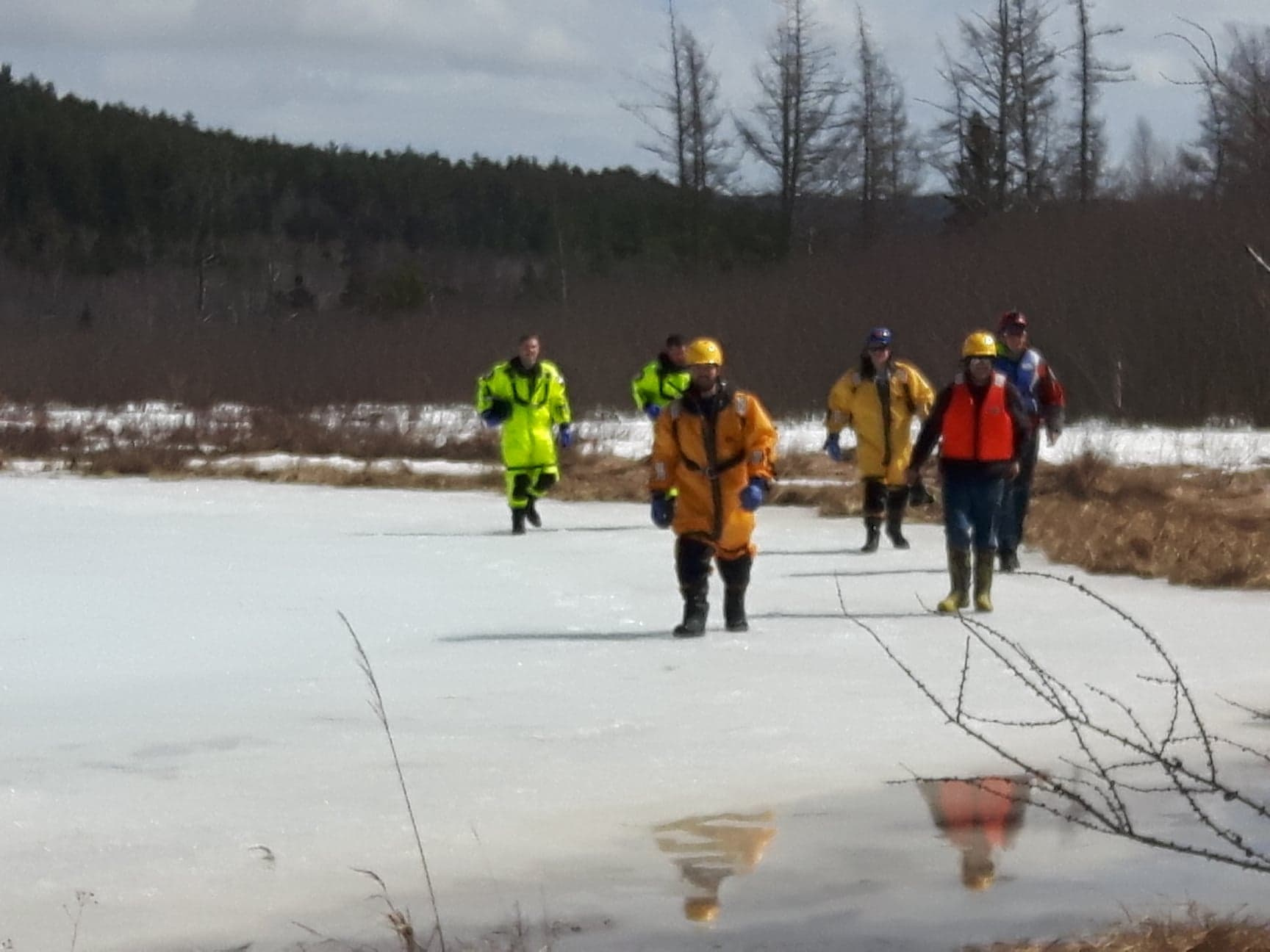 https://0901.nccdn.net/4_2/000/000/071/260/group-walking-on-ice-1728x1296.jpg