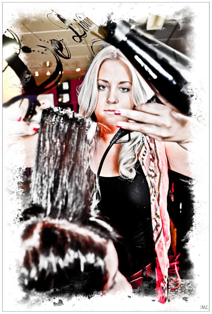 """""""3e prix"""" du 101e  Salon de la SPAQ  (Catégorie Création  numérique - Nov  2011)  Marie-Michèle dans  son salon de coiffure  Le Living - Août 2011"""