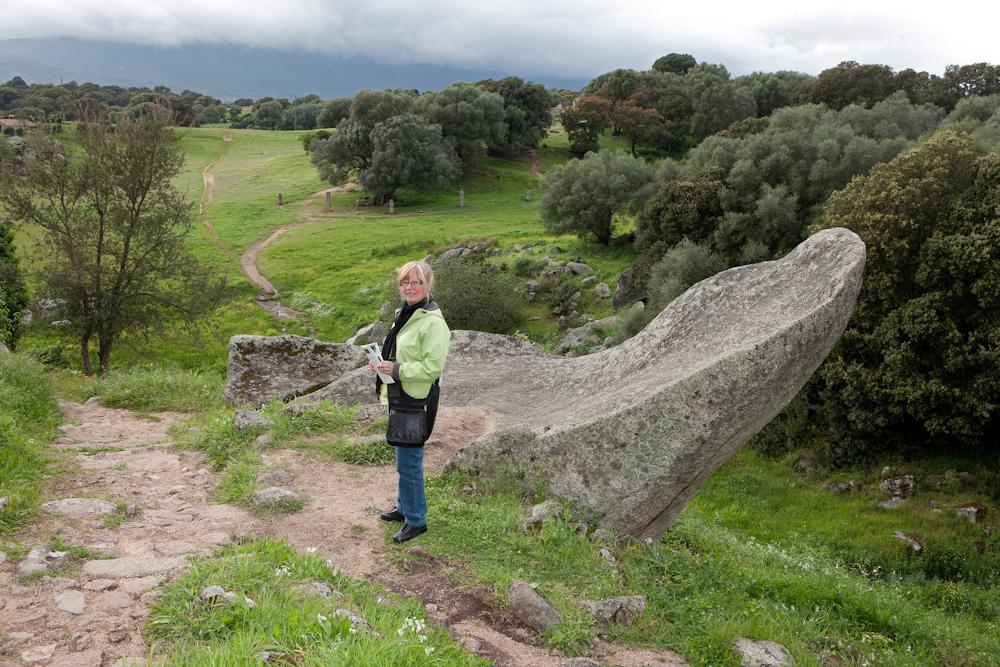 Sur le site de  Filitosa  au milieu des  vestiges mégalitiques  et des menhirs  alignés au loin - Avril 2010