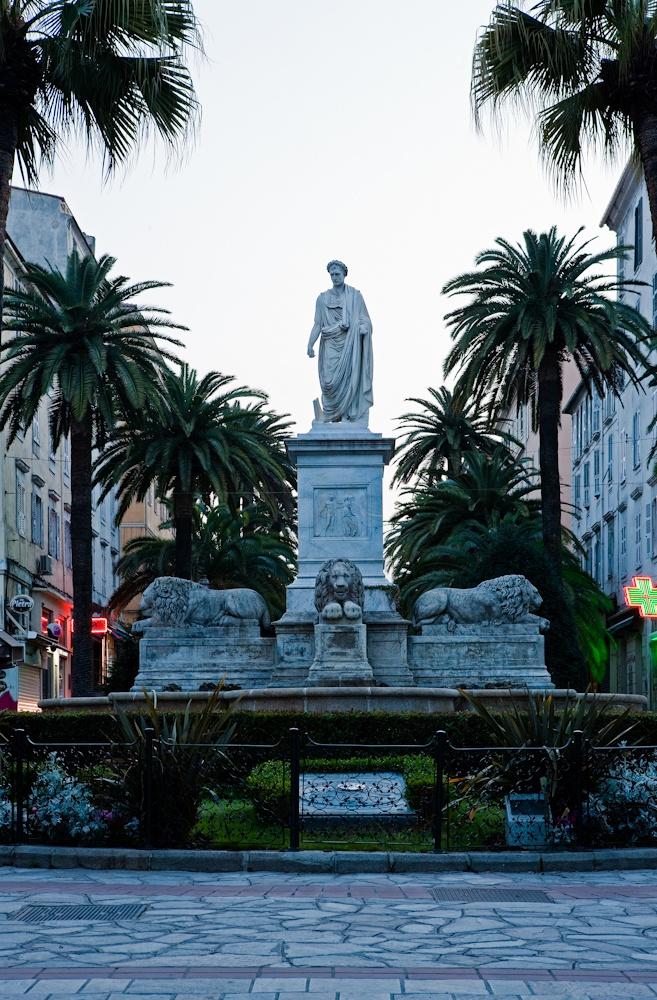 Bonaparte dans une  position de type Jules  César sur la place  des palmiers à  Ajaccio- Avril 2010