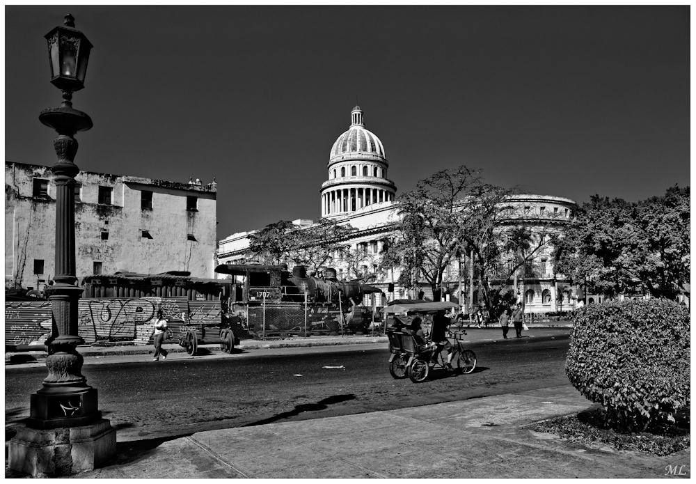 Le Capitole et sa cour à scrap d'un ancien musée ferroviaire Havane - Mars 2011