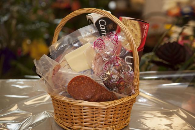 https://0901.nccdn.net/4_2/000/000/084/e5c/0g_gourmet_basket_port_alberni-2332.jpg