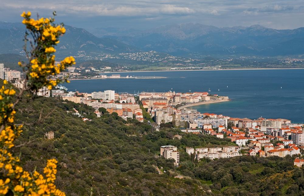 Ajaccio la capitale de  la Corse, vue du  sentier des Crêtes  Avril 2010