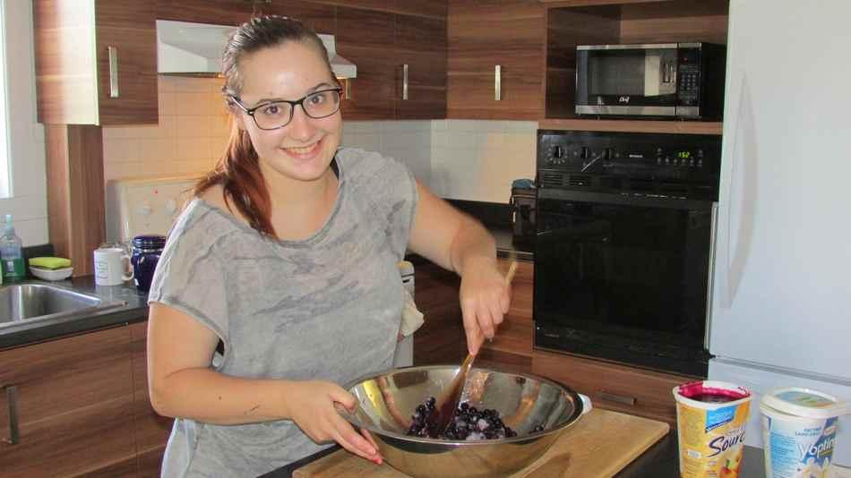 Marie-Maude cuisine une confiture de bleuet